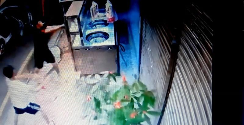 嘉義市福星藥頭排骨民族店今凌晨遭2名男子持棍棒砸店。(記者丁偉杰翻攝)