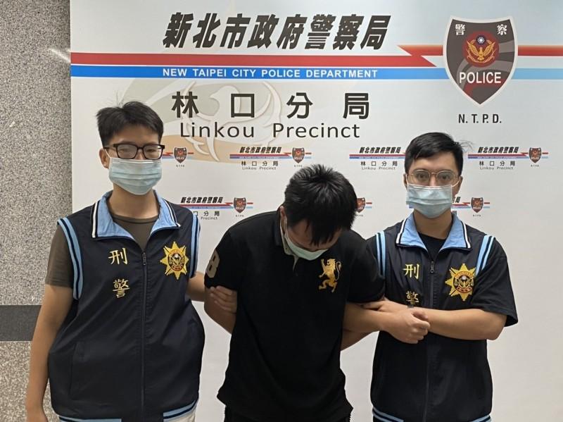 新北警方押解蔡姓置物櫃大盜。(記者吳仁捷翻攝)