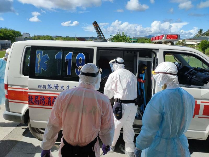 屏東縣衛生局將非法入境的越南人士送醫檢查,還好虛驚一場。(記者陳彥廷翻攝)
