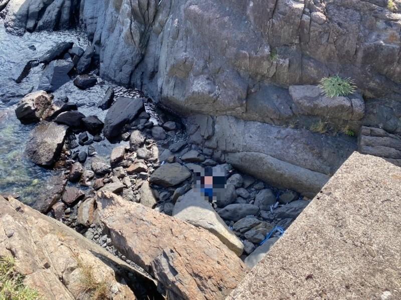 今上午2點55分,有民眾發現,在大溪漁港防坡堤發現一具遺體。(記者林敬倫翻攝)