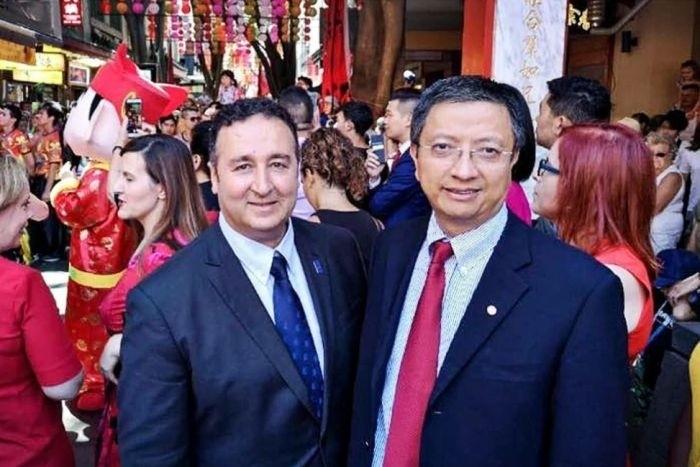 澳州當局懷疑,新南威爾斯州勞工黨議員莫索曼(左)團隊已遭中國特務滲透,圖右為他的華裔高級政治顧問張智森。(翻攝自臉書)
