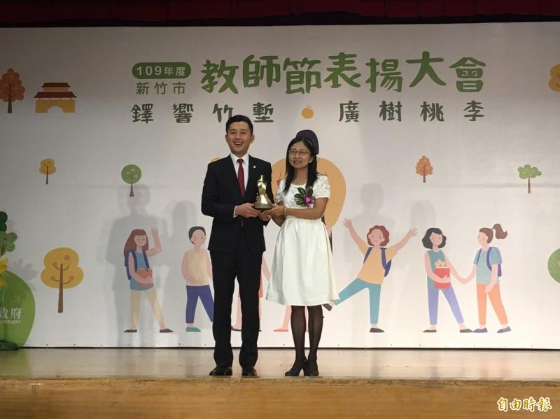 新竹市政府今天頒獎表揚教師節得獎人員,其中青草湖國小的賴香君老師獲教育部師鐸獎殊榮。(記者洪美秀攝)