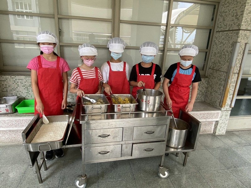 嘉市崇文國小營養午餐打菜學生為同學打菜服務。(嘉義市政府提供)