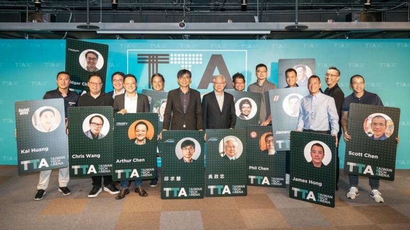 大咖創業家投資人進駐TTA,科技部長吳政忠今頒授VIP會員卡,盼助台灣新創闖國際。(圖由科技部提供)