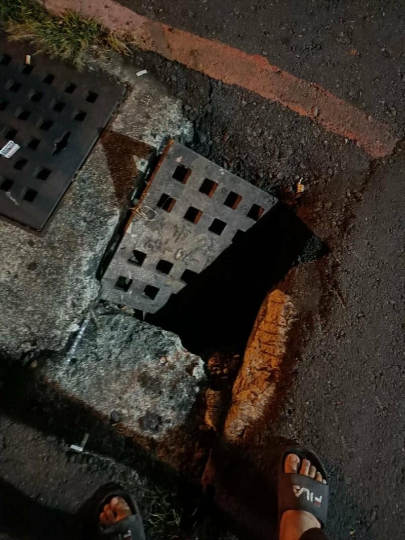 鳳山區和平路、文苑街口水溝蓋突然無預警下陷。(記者陳文嬋翻攝)