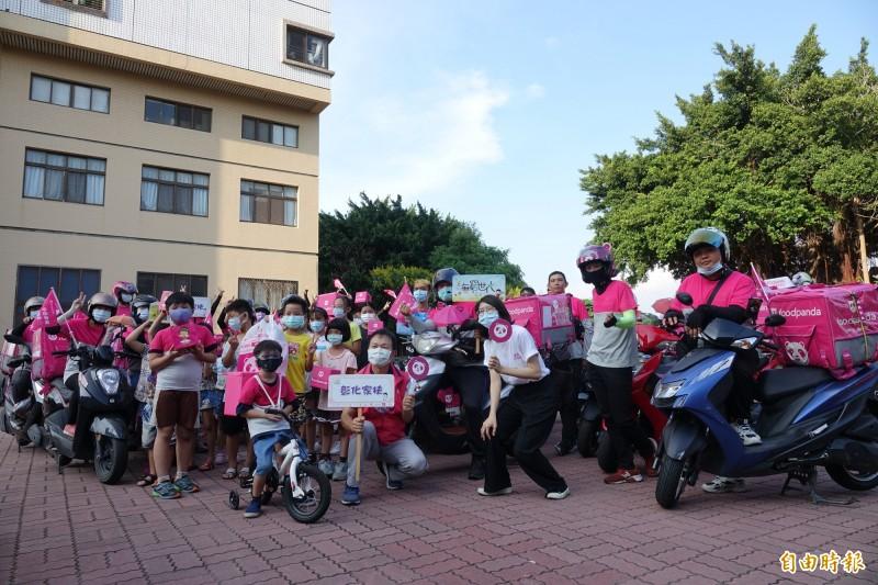 彰化家扶中心一口氣來了30位foodpanda外送員送來民生物資給家扶兒。(記者劉曉欣攝)