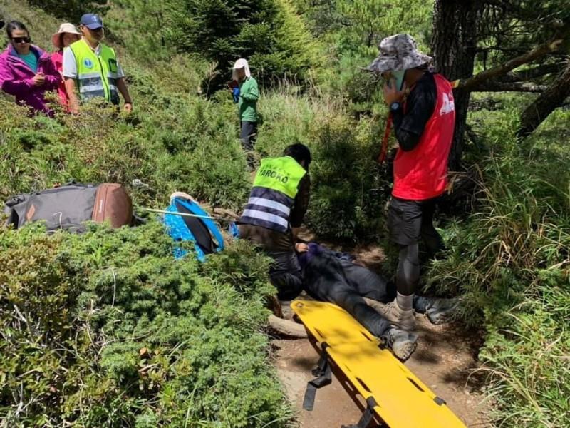 合歡北峰49歲登山客疑因心臟病發昏倒,失去生命徵象,警消人員合力CPR急救。(記者陳鳳麗翻攝)