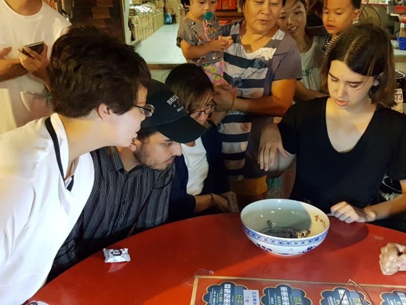 金門中秋博狀元餅活動也有外國遊客上場體驗。(金門縣政府提供)