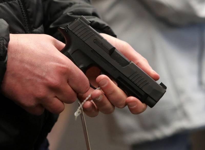 美國一名披薩外送員被假訂單騙到一處空屋,嫌犯搶劫未果,雙方交火,外送員不幸身中數槍死亡,男搶嫌也中槍身亡。(圖為槍枝示意圖)