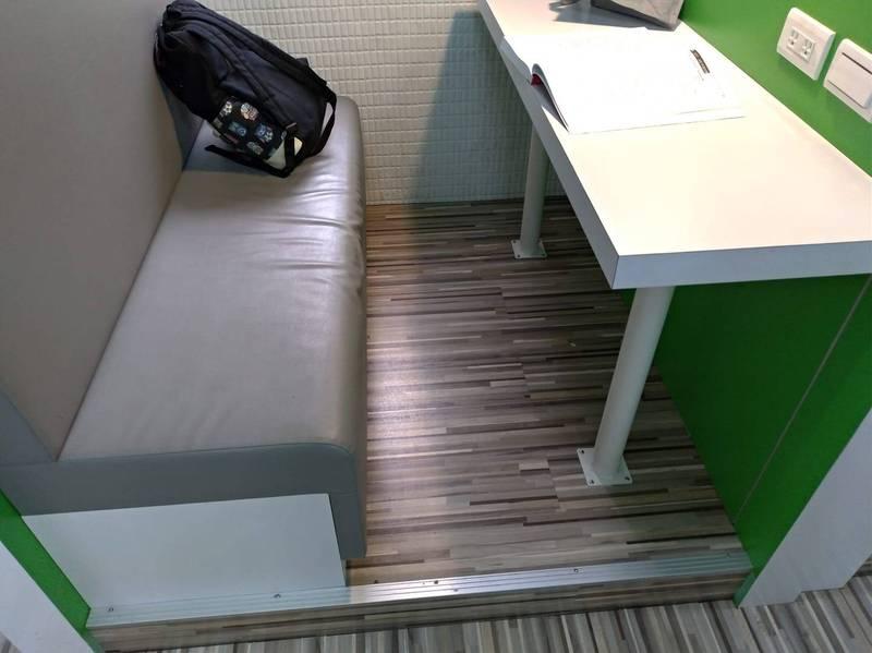 有網友日前前往北市某圖書館念書時,發現桌子與座椅間的距離過寬,就算想往前移動也不可能,因為沙發座椅與地板連成一體,讓他崩潰直呼「真的很慘,不到1小時腰痠背痛了」。(圖擷取自臉書「爆怨公社」)