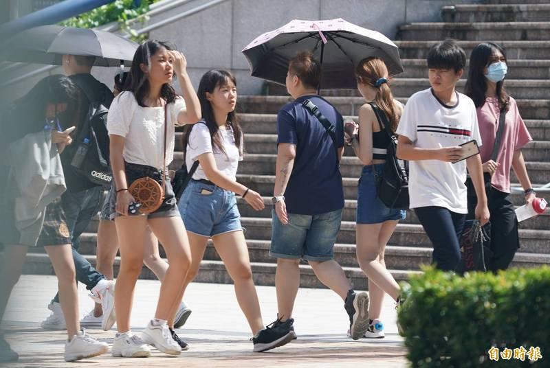 明天僅臺東及恆春半島地區有局部短暫陣雨,各地依舊高溫炎熱,民眾外出務必注意防曬。(資料照)