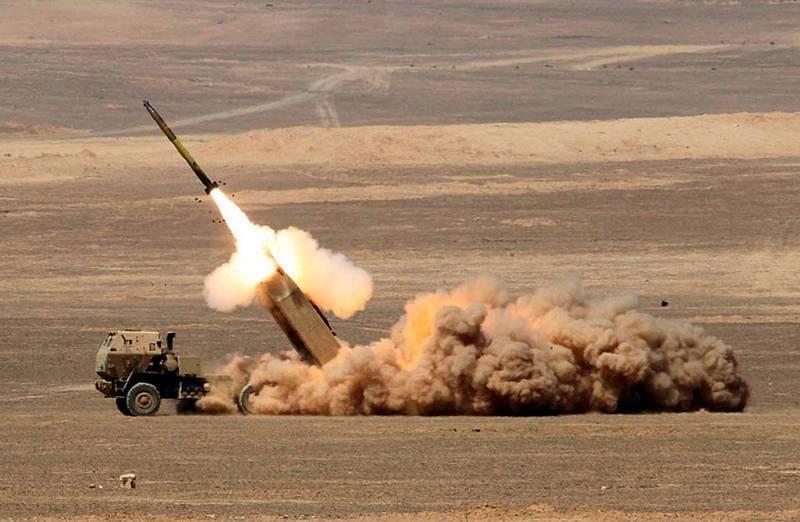 圖為多管火箭系統(HIMARS)發射情形。(歐新社)