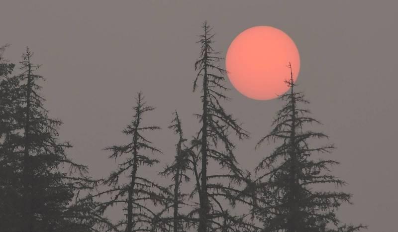美西野火毒霧蔓延全國,太陽大部分的時間都被遮擋住,日出也成灰橘色。(法新社)