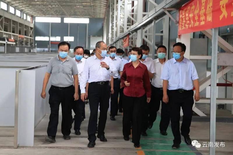 雲南省長阮成發(左3)視察方艙醫院建造進度。(圖取自微信)