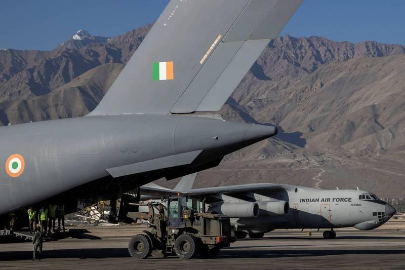印度軍方利用運輸機向拉達克地區運補物資。(路透)