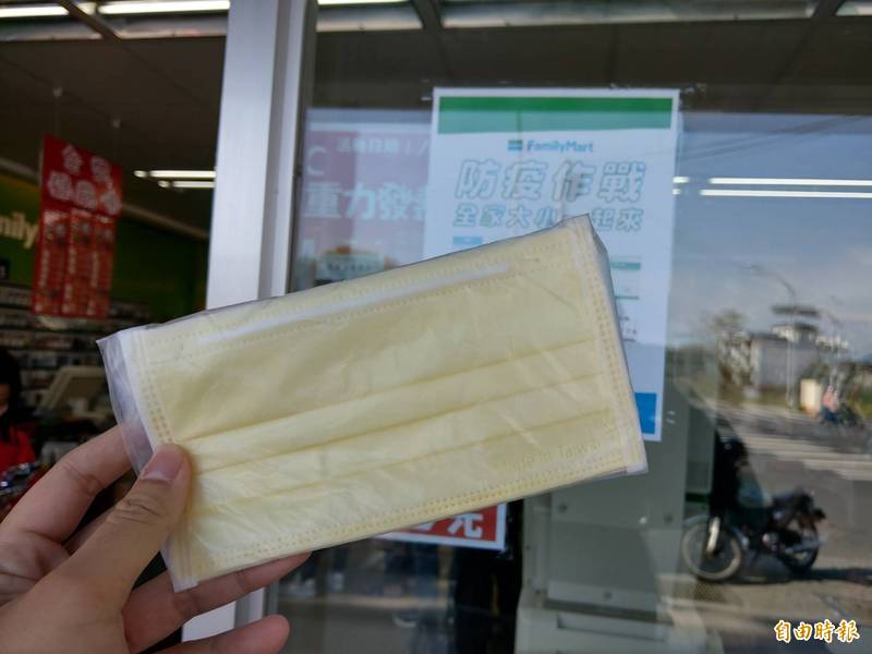 有超商店員指出,有位奧客聲稱在臉書買了中衛口罩並到該店取貨,在拆箱發現是中國製的一般口罩後,竟揚言要告超商店員協助詐欺。圖為示意圖,與新聞無關。(資料照)