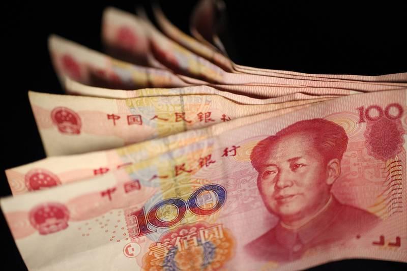 中國多地的教師指控當地政府欠薪,更懷疑是官員把錢都放進自己口袋;有些地方政府則聲稱「財政困難」,卻聘請大量輔警維穩,讓不少教師對政府心冷,只能憤而辭職離去。圖為人民幣。(美聯社)