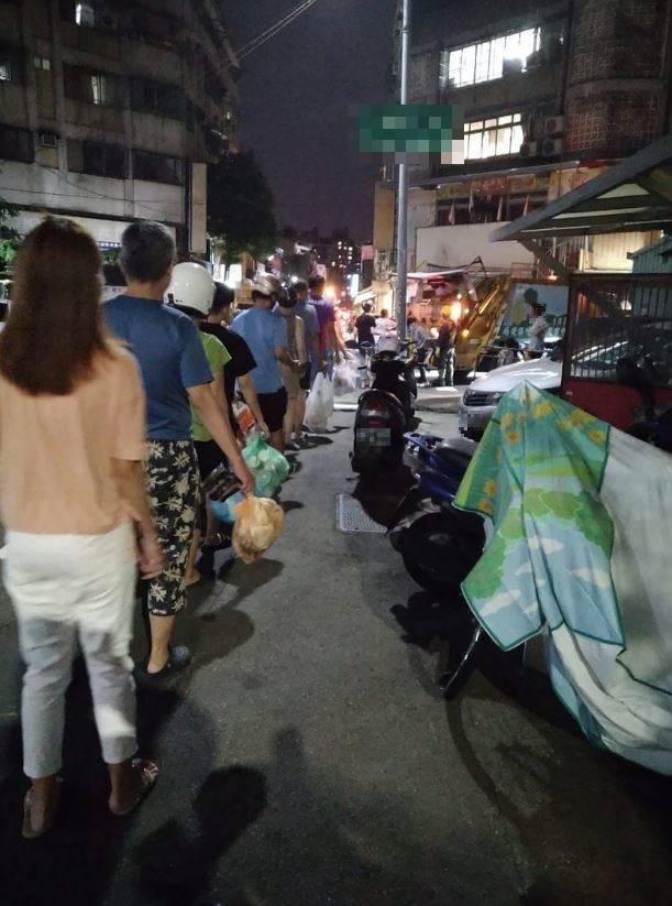台中民眾分享的和諧倒垃圾現場,引發網友驚嘆。(圖擷取自臉書)