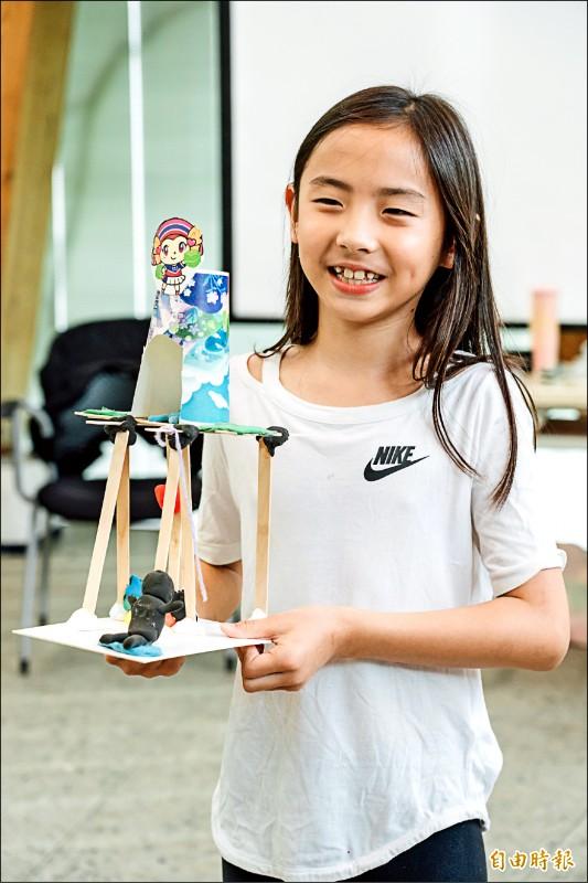 新竹縣政府3年投入2億元打造22座公園,日前辦理「聽故事,蓋公園」兒童參與遊戲場工作坊,讓孩子繪製心目中的理想公園。(記者廖雪茹攝)