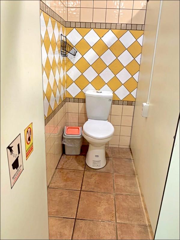 謝美英點名中壢藝術公園女廁在同一廁間裡,張貼「衛生紙丟馬桶」、「衛生紙勿丟馬桶」告示,是要讓民眾自由發揮嗎?(議員謝美英提供)