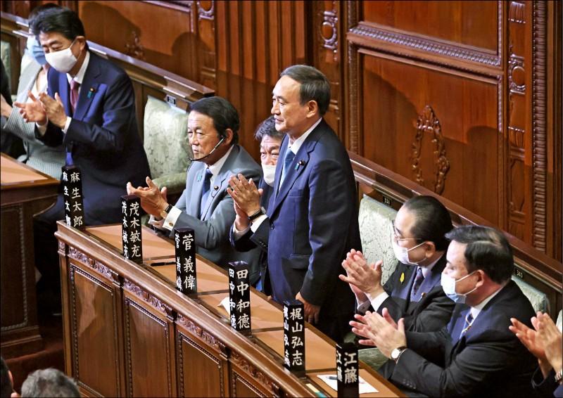 日本首相安倍晉三(左二)在十六日的臨時內閣會議上總辭,日本國會參、眾兩院下午通過內閣官房長官菅義偉(中立者)擔任新首相。(歐新社)