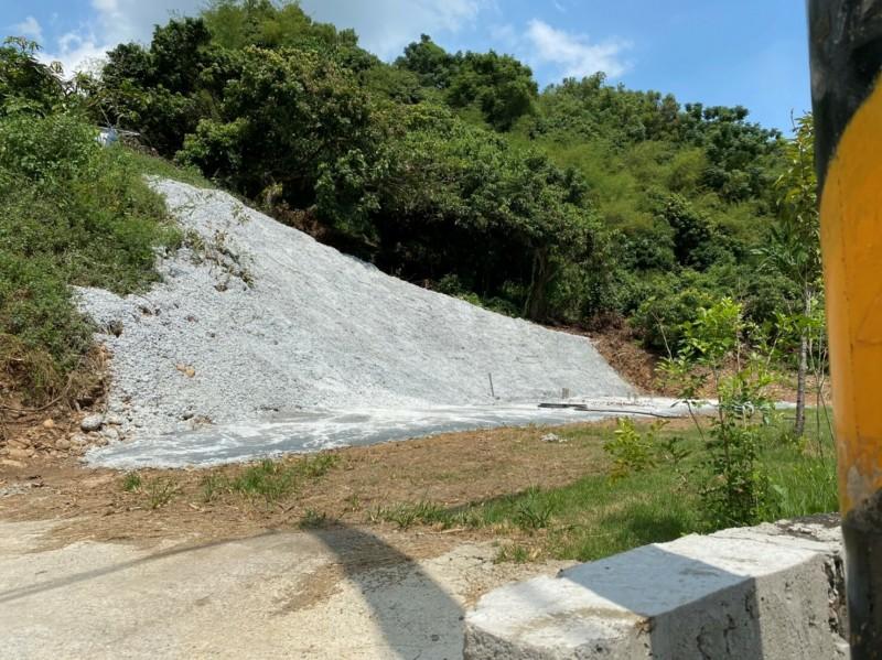 彰化市八卦山區一處山坡地疑因整地開發,擅自鋪設水泥覆蓋裸露地。(縣府提供)