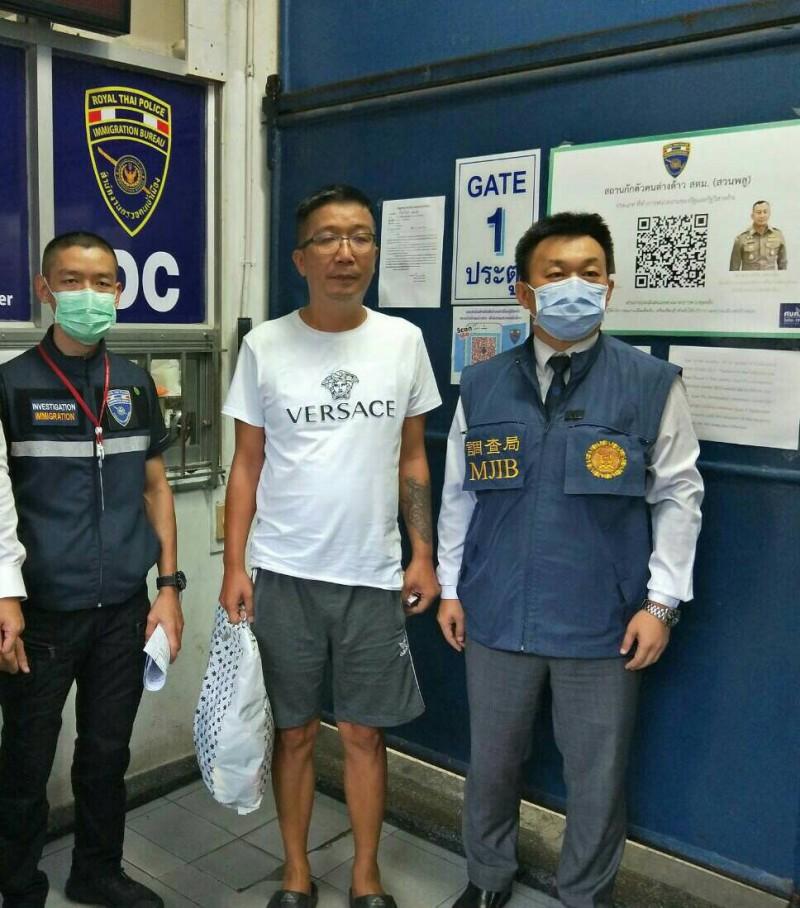 吸金136億餘元棄保潛逃的秦庠鈺(中),在泰國落網。(調查局提供)