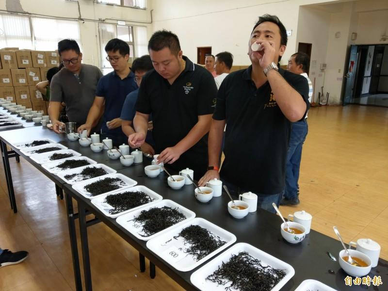 南投魚池鄉農會舉辦紅茶鬥茶賽,吸引許多茶農繳交茶樣品評各家茶葉水準。(記者劉濱銓攝)