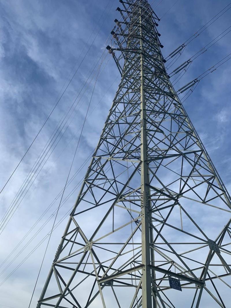 王姓員工與另2名同事當時正在維修電塔。(記者鄭淑婷翻攝)