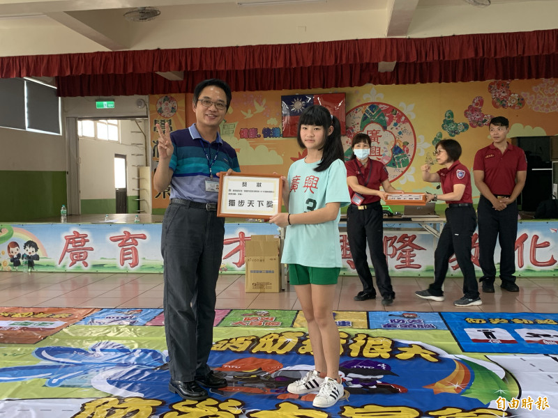 參加「防災大富翁」遊戲獲得第一名的五年甲班,由校長黃晃盟頒獎。(記者陳恩惠攝)