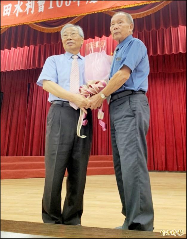 桃園農田水利會代理會長莊瑞祥(右)送花給會長黃金春(左),感謝他對水利會貢獻。(記者謝武雄攝)