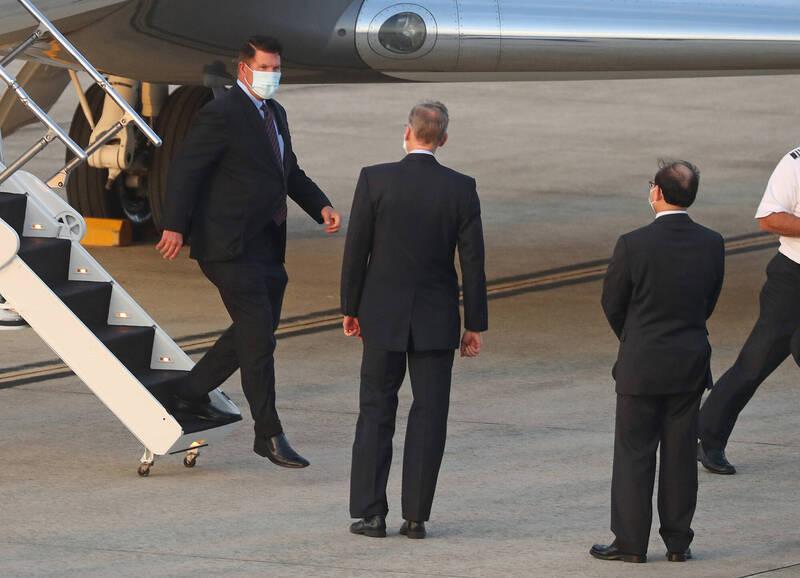 美國國務院次卿柯拉克(左)搭乘「灣流五型」商務包機,17日下午飛抵台北松山機場,將展開訪問行程,美國在台協會(AIT)處長酈英傑(左2)親自接機。(中央社)