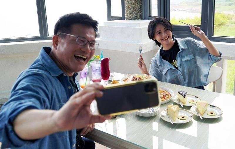 民進籍立委賴品妤17日分享她與交通部長林佳龍共進下午茶的照片,並公開徵求網友作答「猜猜這是哪裡~」。(圖擷取自臉書_賴品妤)