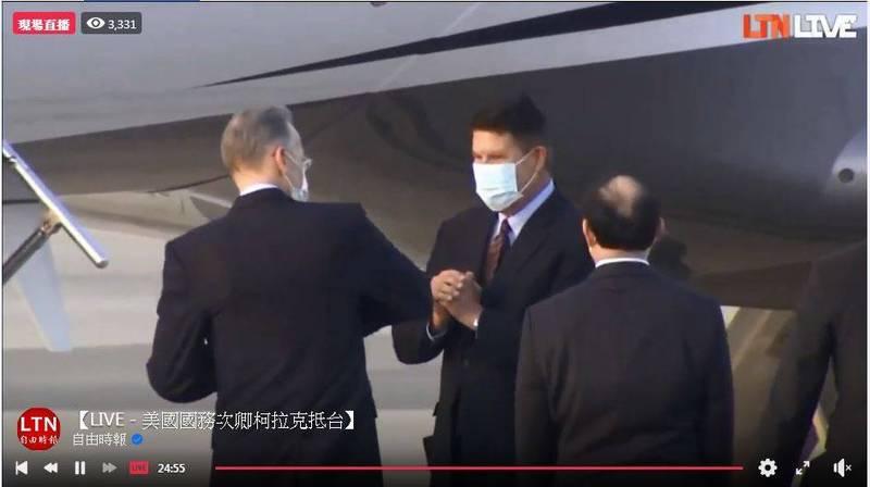 美國國務院次卿柯拉克(Keith Krach)(中)今下午5時許率團抵達台灣,明將晉見蔡總統,並預定於19日與同團民主助卿戴斯卓一同代表美方出席前總統李登輝告別禮拜。(擷自本報直播)