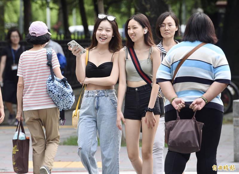 中央氣象局指出,今天(17日)天氣晴朗炎熱,大台北地區、花東、西半部地區高溫超過36度。(資料照)