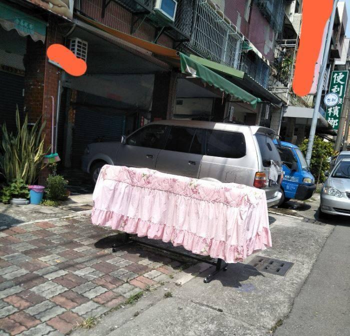 原PO將朋友家外曬的棉被誤認為棺材。(圖擷自爆廢公社)