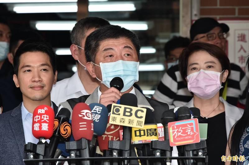 衛福部長陳時中表示,9月24日起從藥局實名制口罩都會有雙鋼印,雙鋼印就是要標示正確,不能有冒用的情況。(記者塗建榮攝)