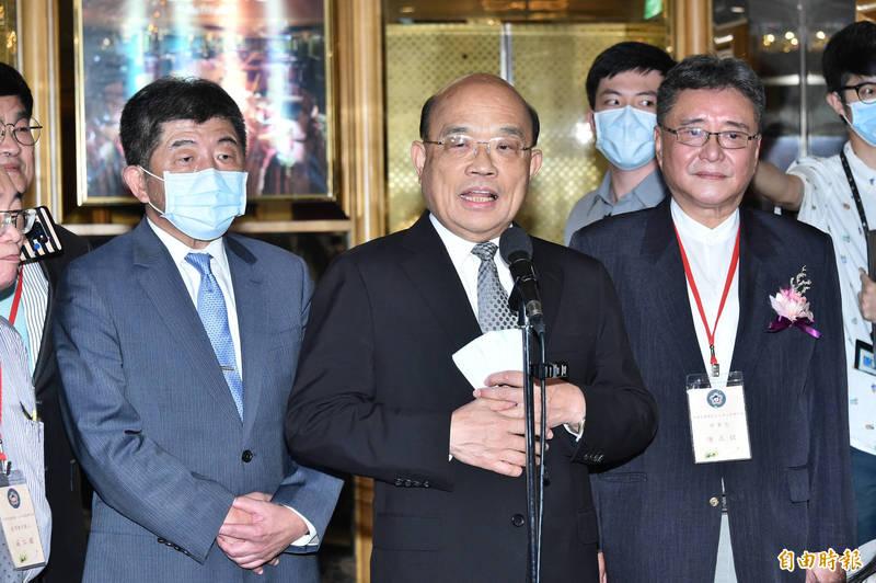 行政院長蘇貞昌(中)、衛福部長陳時中(左)17日出席中華民國藥劑生公會全國聯合會「第13屆第3次會員代表大會」。(記者塗建榮攝)