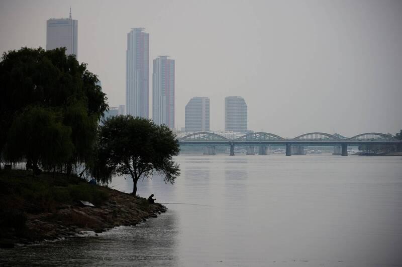 據南韓防疫單位今日公告,16日增加153例確診。圖為首爾漢江公園一景。(路透)