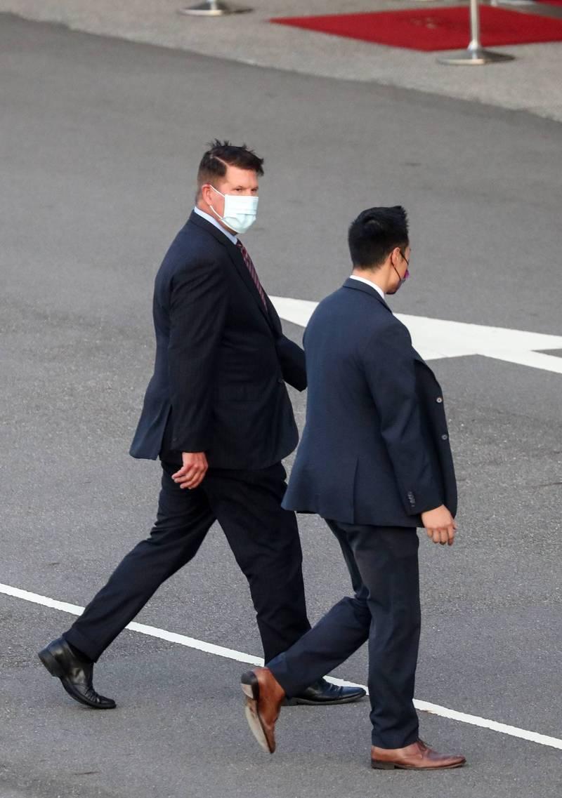 美國國務院次卿柯拉克(Keith Krach)(左1)今率團抵達台灣訪問,明將晉見蔡總統,並預定於19日與同團民主助卿戴斯卓一同代表美方出席前總統李登輝告別禮拜。(中央社)