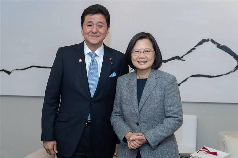 日本首相菅義偉任用親台派岸信夫(左)為防衛相。圖為2015年時任民進黨主席蔡英文(右)訪問山口縣,由岸信夫陪同。(圖取自蔡英文推特)