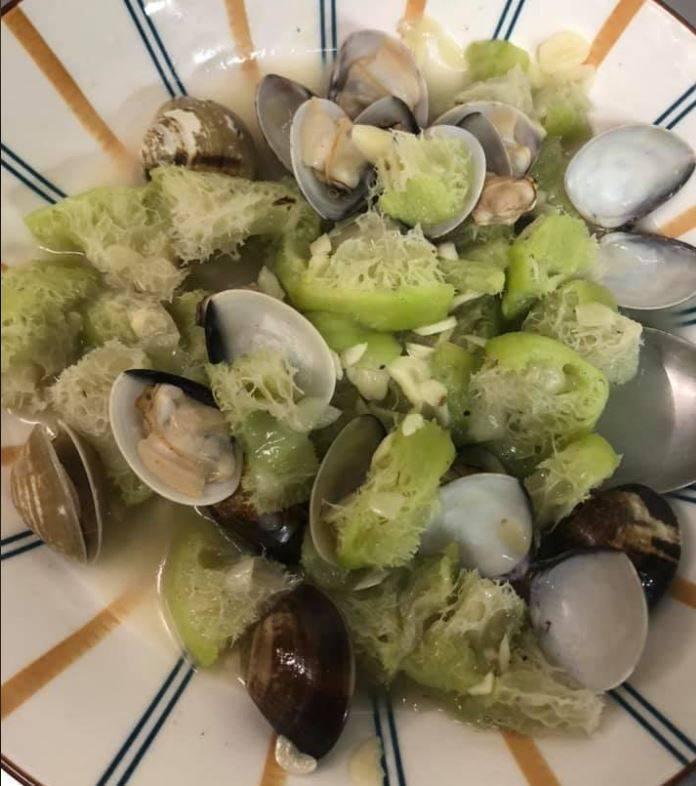 原PO貼出自己做的蛤蜊絲瓜,絲瓜看起來有點老。(圖擷自爆廢公社)