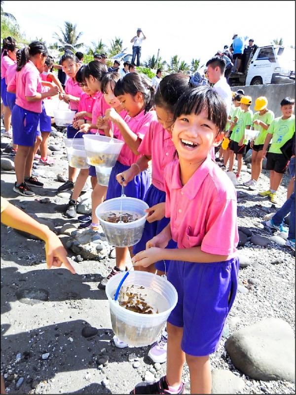 成功鎮的國小學童參與放養雀鯛。(記者黃明堂翻攝)
