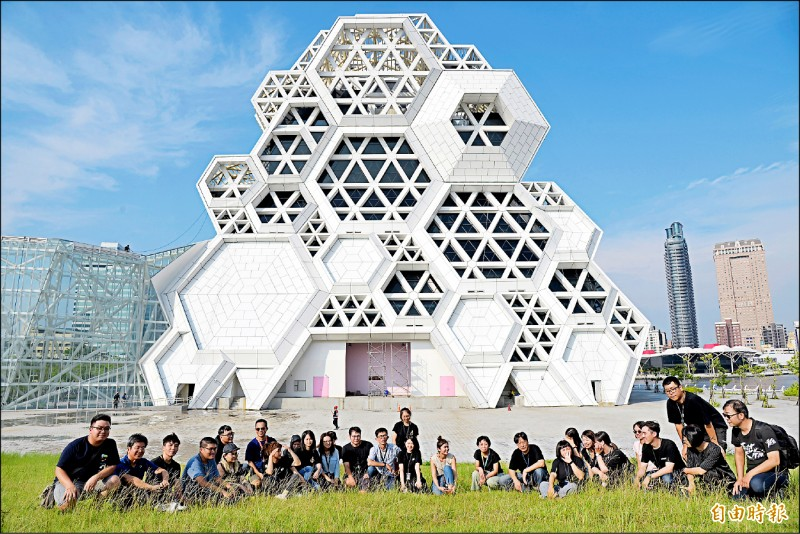 高雄流行音樂中心即將完工,11月28日將進行大型滿載測試的迎賓秀演出,並於明年4月正式開幕。(記者許麗娟攝)