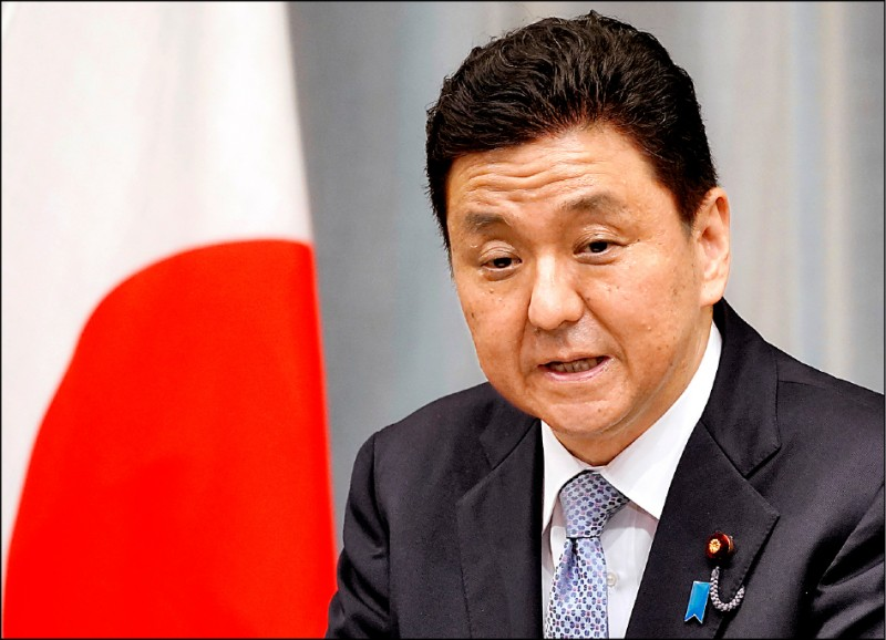 日本新任防衛大臣岸信夫十七日舉行記者會。(歐新社)
