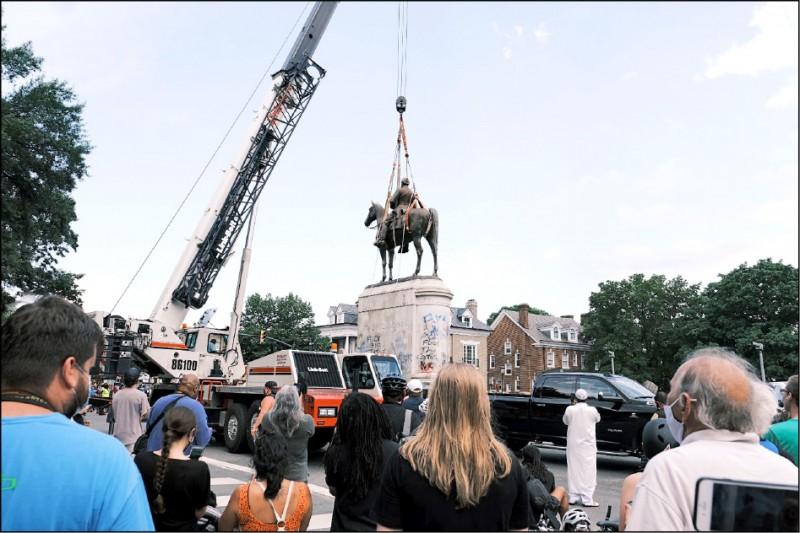 美國維吉尼亞州瑞奇蒙的民眾今年7月1日在街頭見證市府工作人員拆除南北戰爭期間南軍將領傑克森的雕像。(法新社檔案照)