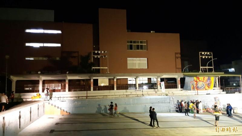 台東縣立游泳池放乾,將改建為單純的圖書館,與隔鄰的現有紅磚圖書館連成一氣。(記者黃明堂攝)