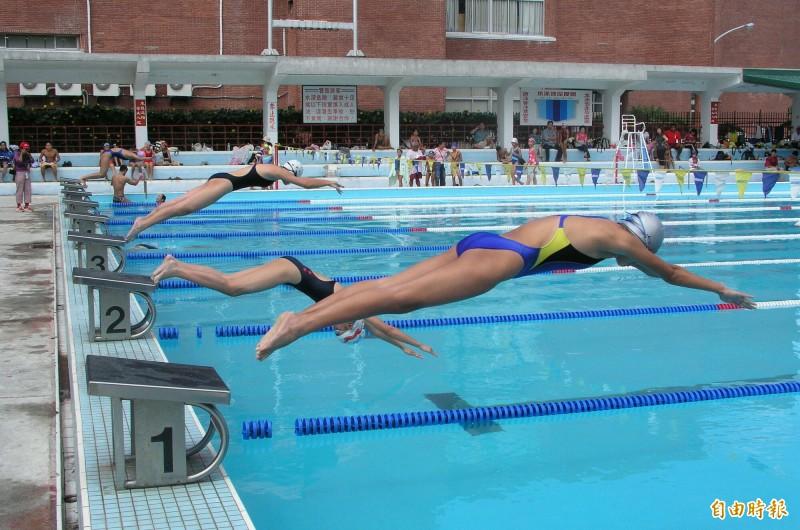 台東縣立泳池過去舉辦游泳比賽的歷史畫面,已成追憶。(記者黃明堂攝)