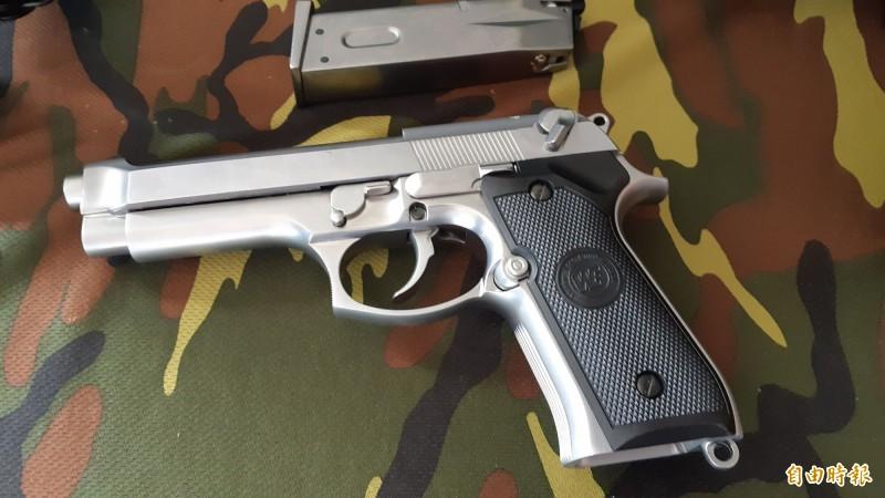 國軍展示的仿真制式手槍。圖與新聞事件無關。(記者黃明堂攝)