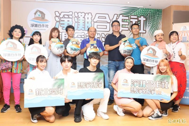 環保局與海邊店家合作,推動淨灘合作社業務。(記者翁聿煌攝)
